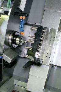 torno cnc imagem mostrando o suporte de ferramentas de corte em formato de gangue